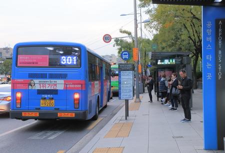 Seul Południowy Korea, Październik - 21, 2016: Niezidentyfikowani ludzie podróżują autobusem w Gangnam. Publikacyjne