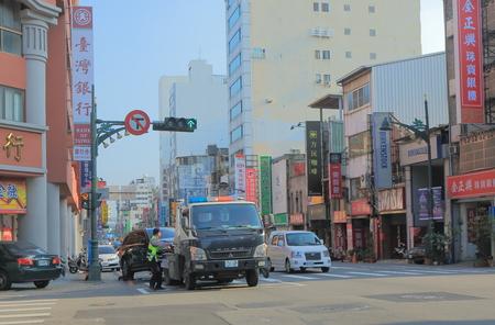 Taichung Taiwan - 10 dicembre 2016: Rimorchio non identificato della gente Automobile parcheggiata illegalmente.