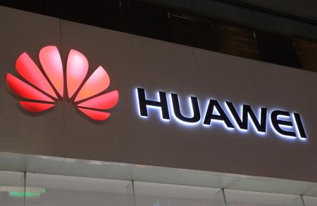 상해 중국 - 2016 년 10 월 30 일 : 화웨이. Huawei는 중국의 통신 회사이자 세계 최대의 통신 장비 제조업체입니다.