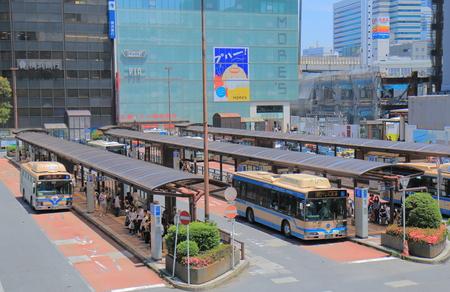 横浜鉄道バス横浜ターミナル駅で横浜 - 2017 年 5 月 29 日: 人旅行。 報道画像