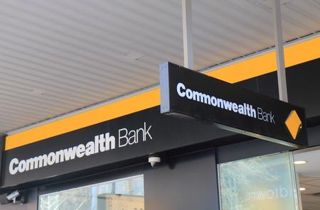 멜버른 호주 - 2017 년 7 월 7 일 : 호주 커먼 웰스 뱅크 Commonwealth Bank는 CBA라고도하며 호주에서 네 번째로 큰 은행 중 하나입니다. 에디토리얼