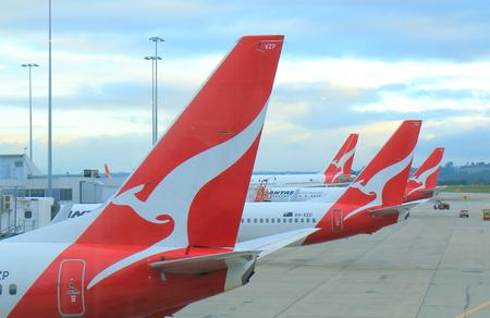 멜버른 호주 - 2017 년 7 월 8 일 : 콴타스 비행기가 멜버른 공항 호주에서 출발하기를 기다립니다. 에디토리얼