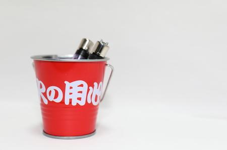 화재 양동이 라이터. 빨간 양동이에 일본어 번역 : 화재 조심하세요.