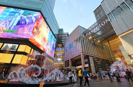 Kuala Lumpur Malasia - 19 de noviembre de 2018: Desconocidos visitan el centro comercial Pavilion en Bukit Bintang Kuala Lumpur Malasia