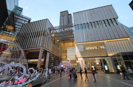 Kuala Lumpur Malasia - 19 de noviembre de 2018: Desconocidos visitan el centro comercial Pavilion en Bukit Bintang Kuala Lumpur Malasia Editorial