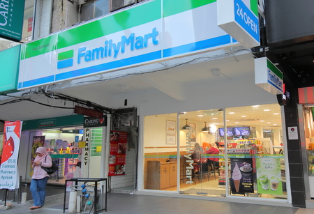 Kuala Lumpur Malaysia - November 22, 2018: Unidentified people visit Familymart convenience store in Kuala Lumpur Malaysia 에디토리얼