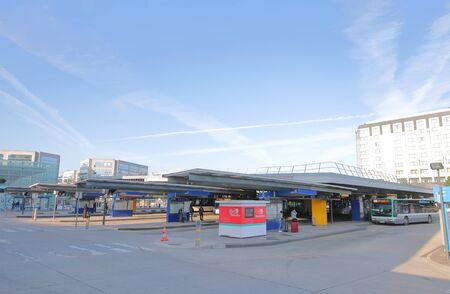 Paris France - 26 mai 2019 : Les gens voyagent au terminal de bus de l'aéroport Charles de Gaulle Paris France