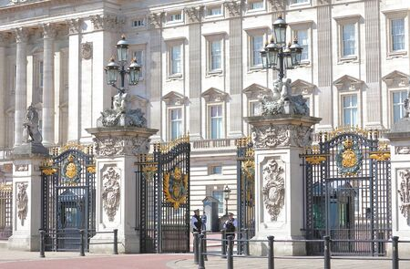 London England - June 1, 2019: Police officers stands at Buckingham Palace London UK Foto de archivo - 130633551