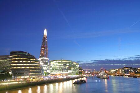 London South bank centro cittadino del fiume Tamigi crepuscolo paesaggio urbano Londra England