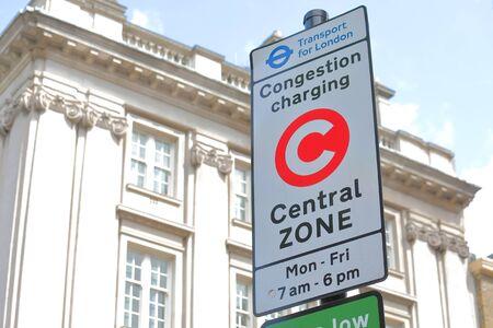 Signo de punto de cargo de congestión, Londres, Gran Bretaña.
