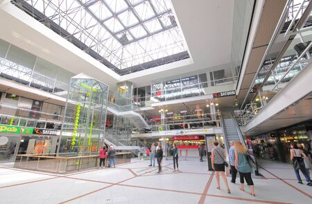 Berlín, Alemania - 10 de junio de 2019: La gente visita el centro comercial Center Europa de Berlín, Alemania