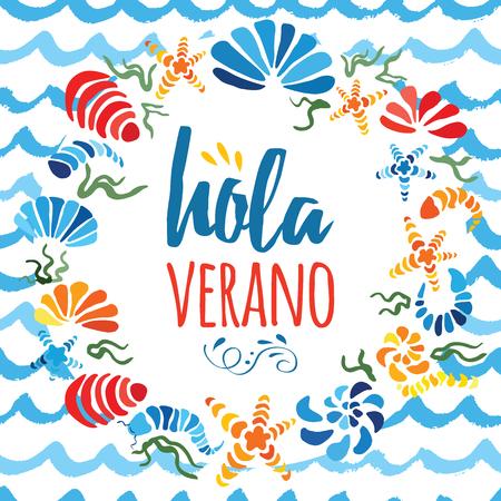 귀여운 화 환 장식 화려한 손으로 그려진 바다 포탄 밝은 색상과 텍스트에서 안녕하세요 여름 디자인을위한 흰색입니다. 스페인어로 된 제목