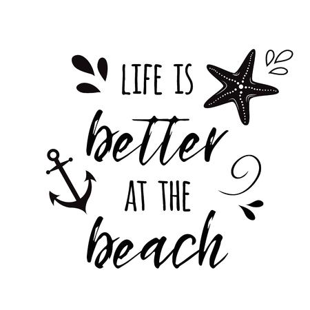 Het leven is beter aan het strand. Vector inspirational vakantie en reiscitaat met anker, golf, zeeschelp, ster.