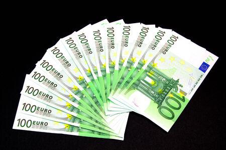 one hundred euro banknote: Un centenar de billetes en euros en un fondo negro