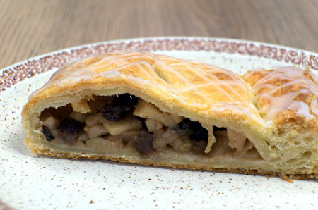 bord eten: Homemade strudel with walnuts on a plate, food, cinnamon