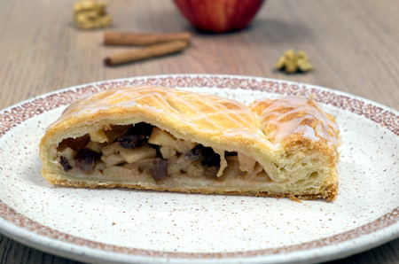 bord eten: Homemade strudel with walnuts and apple on a plate, food, cinnamon