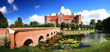 herrenhaus: Burg oder gro�e Herrenhaus in D�nemark. Gammel Estrup-Burg, die von vorne mit Graben und Br�cke gesehen