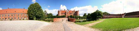 herrenhaus: Burg oder gro�e Herrenhaus in D�nemark. Gammel Estrup Schloss Ansicht von vorn mit Wassergraben und Br�cke, Nebengeb�ude und testing Lizenzfreie Bilder