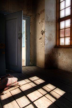camera attico in antico maniero. Spooky interni con peeling pareti e carta da parati