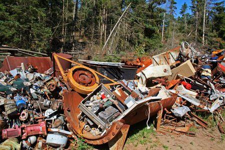 junkyard: contaminaci�n del vertedero de basura. bosque con chatarra de metal de la industria  Foto de archivo