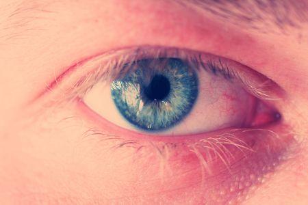 blue eye close-up di iris e ciglia. Croce di immagine elaborata