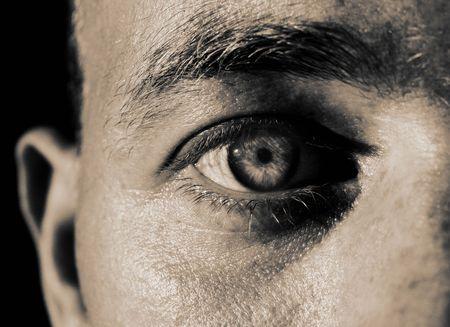 volto del maschio primo piano dell'occhio. fissando l'uomo e mettere a fuoco della fotocamera