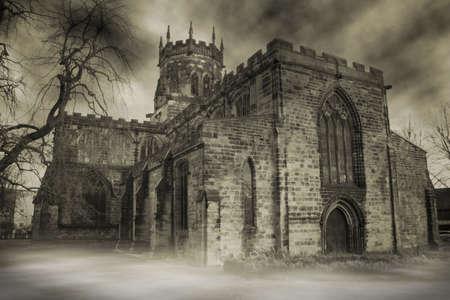 Spooky Chiesa inglese di nebbia o foschia. edificio cristiana medievale