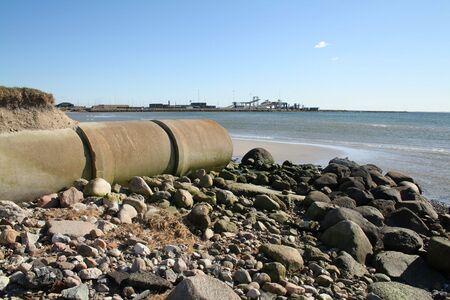 waterpipe: tuber�a de residuos o drenaje contaminando el medio ambiente. tubos de hormig�n por Playa