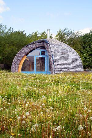 eco casa realizzata con materiali di riciclo. casa ecologica in un campo