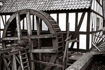 mulino ad acqua. Vecchio mulino ad acqua storica produzione di energia per macinare il grano alla farina