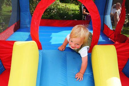 bambino bouncy castello. giocattoli gonfiabili palloni gonfiabili per il bambino in giardino