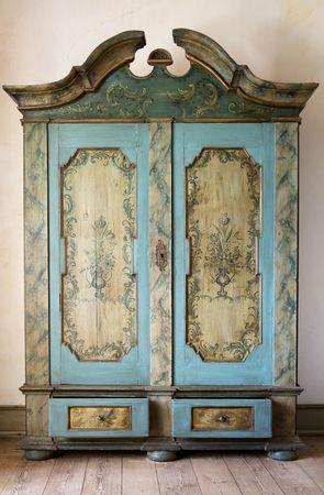muebles antiguos: Antique pintado de armario. Old hechas a mano muebles en madera con cajones y puertas