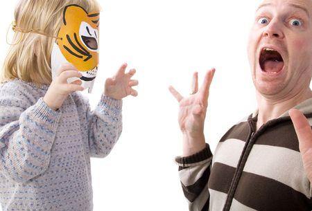 Bambini con tiger mask spaventare adulto. uomo in shock o gioco gioco sorpreso con il ragazzo mascherato  Archivio Fotografico