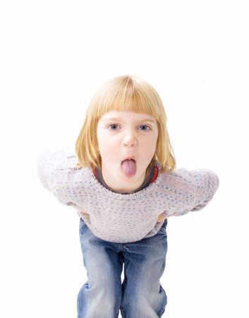sacar la lengua: ni�o enojado fuera la visualizaci�n de la lengua de actitud. ni�o travieso aislado en blanco de burlas