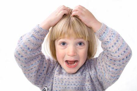 jeuken: Child kras hoofd dat jeuk of hoofd in frustratie of woede houdt terwijl schreeuwen. jongen op wit wordt geïsoleerd