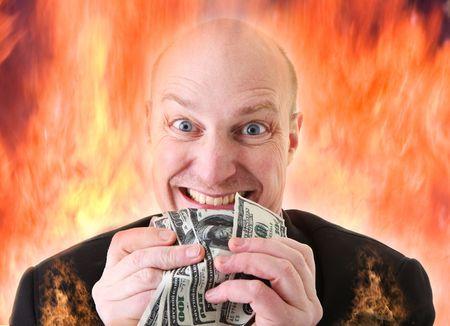 Avarizia, uomo d'affari con soldi. uomo o diavolo in possesso di dollari in mostra di avidità nel fuoco dell'inferno. Un peccato mortale