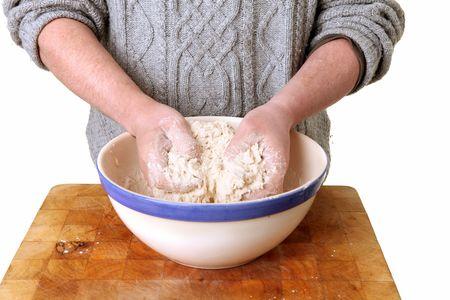 haciendo pan: haciendo pan, amasando la masa con las manos y la harina blanca. cocina alimentos casero b�sicos, la pizza o el pastel
