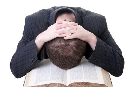 cease: dormire di studente sul libro che egli sta studiando. maschio tirred da lettura e abbandonarlo alla fatica