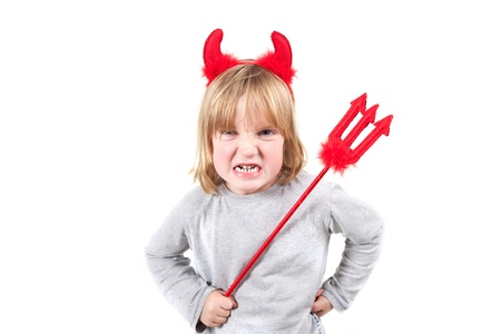 bambino vestito come diavolo con le corna e forcone. Naughty capretto in costume di halloween