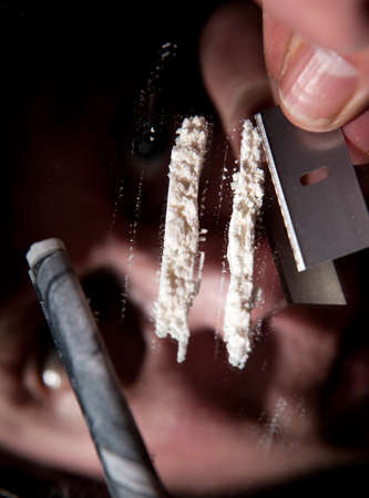 drogadiccion: coca�na u otros estupefacientes en l�nea. adicto con billete de d�lar para esnifar drogas ilegales Foto de archivo