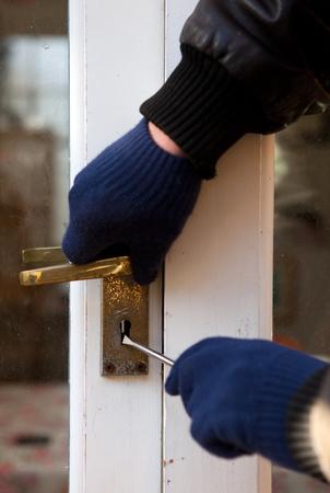 Allanamiento de morada casa o antirrobo casa, con la puerta abierta la fuerza destornillador. Ladrón de intentar violar la seguridad