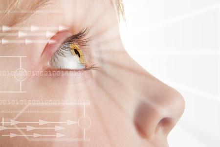 Iris scansione, scansione biometrica della retina dell'occhio per l'identificazione. Close-up di allievo bambino con high-tech overlay grafico