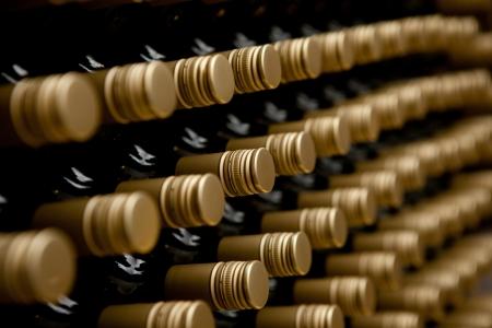 Bottiglie di vino in una riga. cime di alcool in cantina o in cantina