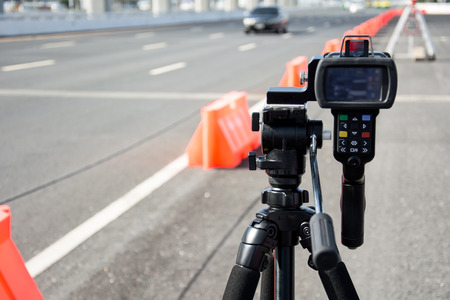 catch speeding drivers with a radar gun Imagens - 43675160