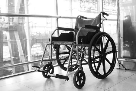 silla de ruedas: blanco y negro para sillas de ruedas en la terminal del aeropuerto Editorial
