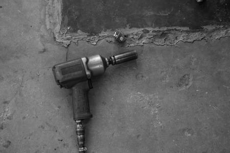 servicio domestico: impacto mecánica blanco y negro Retire la pistola de rueda