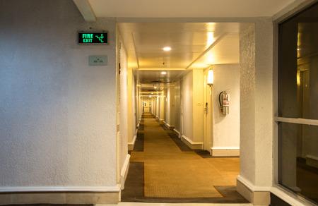 salida de emergencia: Emergencia señal de salida de incendios y el pasillo en el hotel