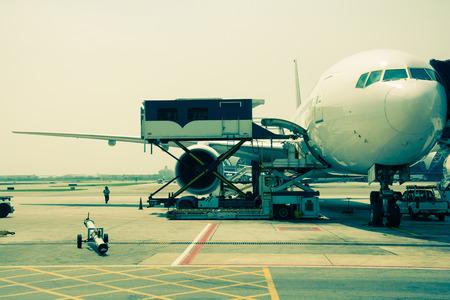 Avion près du terminal dans un cockpit d'aéroport, style de couleur cru Éditoriale