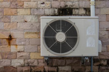compresor: compresor de aire en la pared de ladrillo de la vendimia Foto de archivo