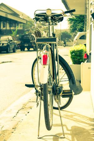 bicicleta retro: Bicicleta retro en la ciudad, estilo del color del vintage Foto de archivo